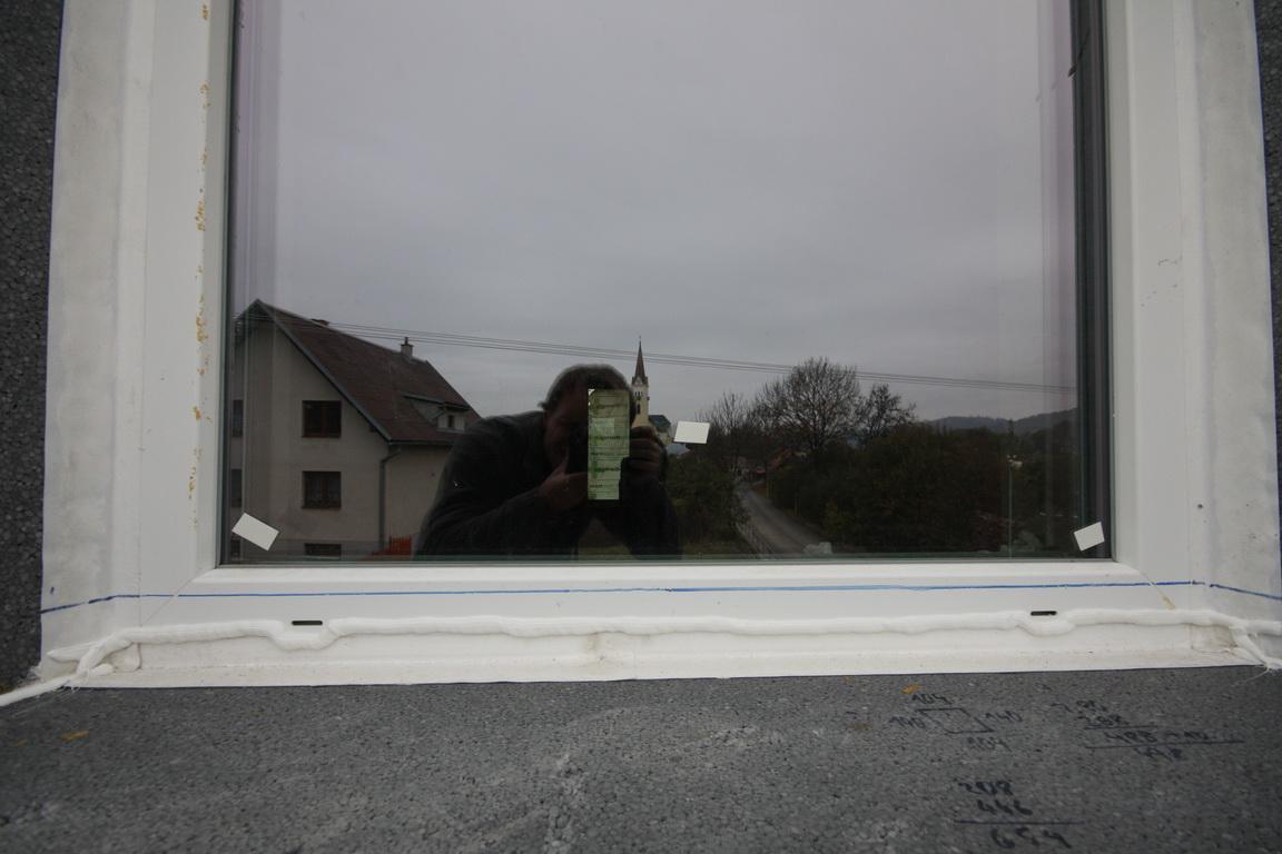 Nulový dom bez komína... Som UFO? - Navod ako som pripajal XPS parapety na kanaliky pre odtok kondenzu... A natlacenej vody do ramov okien pri posobeni tlaku veta..