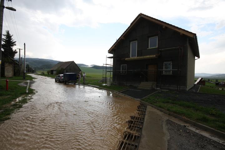 To ze nebyvate pri rieke, nieje garanciou, ze vas nevytopi :-) Aj pre toto som zdvihol dom 70cm nad uroven terenu, mozem pokojne spavat cely zivot..