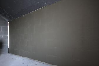 Medzi prieckou a obvodovym murom su tie roxorove konzoly...