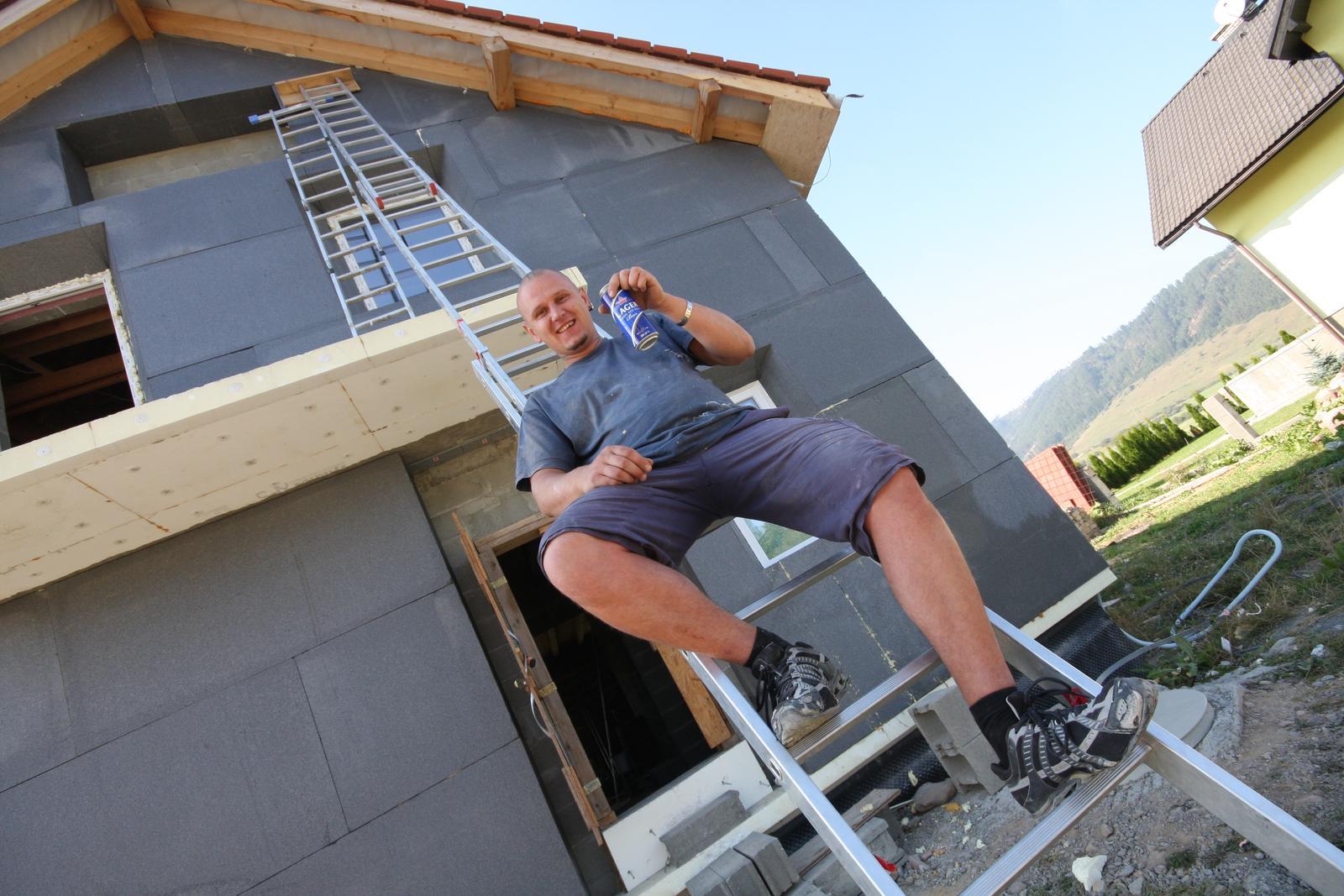 Nulový dom bez komína... Som UFO? - foto ako som lepil EPS o mur, zatazoval pritlakom... ako zataz pomoze AJ JEDEN FERO..