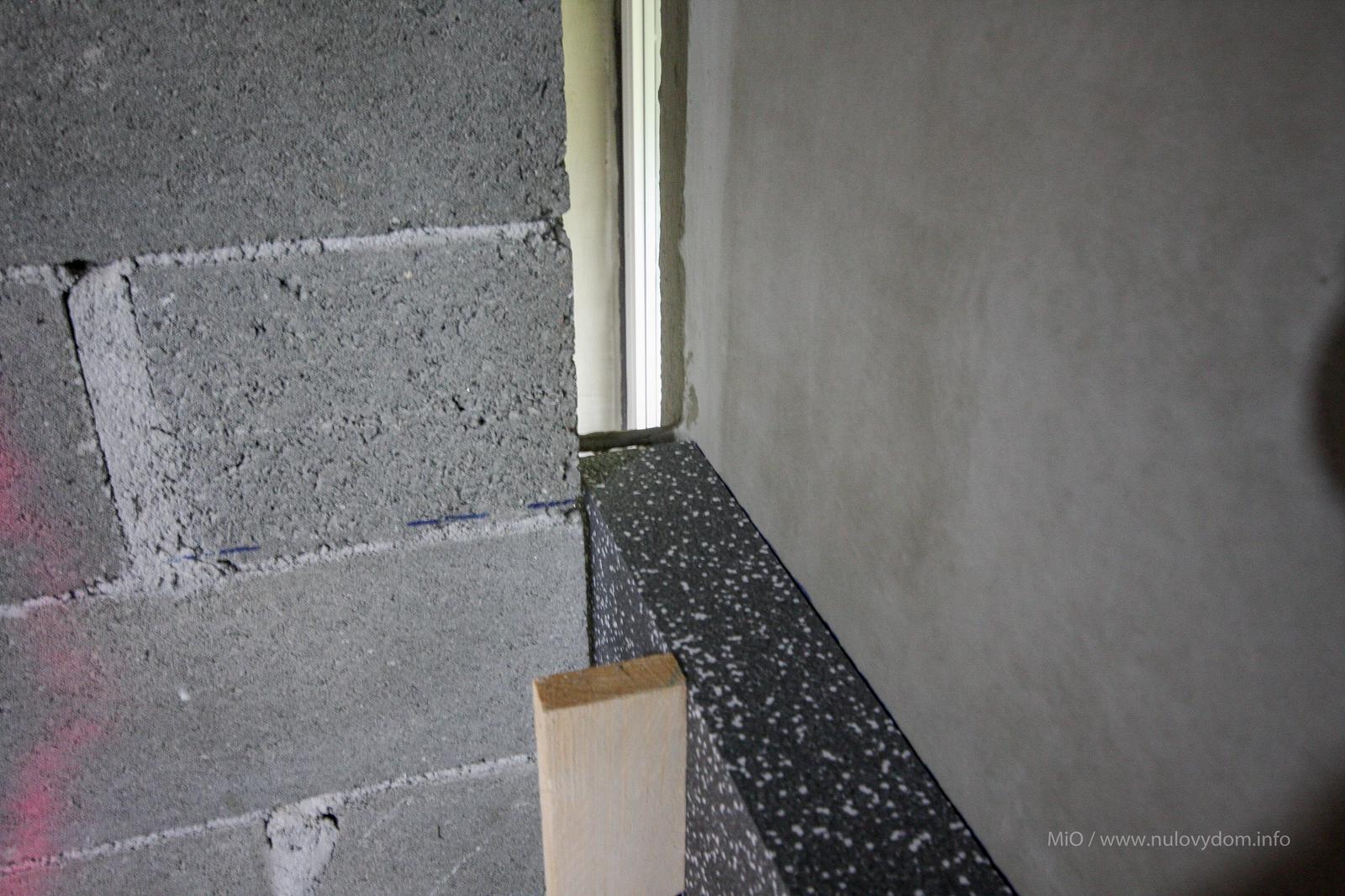 Nulový dom, dom bez komína... Som UFO? - detail... cize priestor medzi prieckami a obvodovym murivom je odizolovany... ;-)  10cm