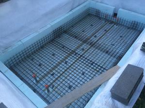 ja som zvolil lacnu verziu, pouzil som kanalyzacne rurky... beton je ale specialne rpe bazeny = bazenovy beton... WU