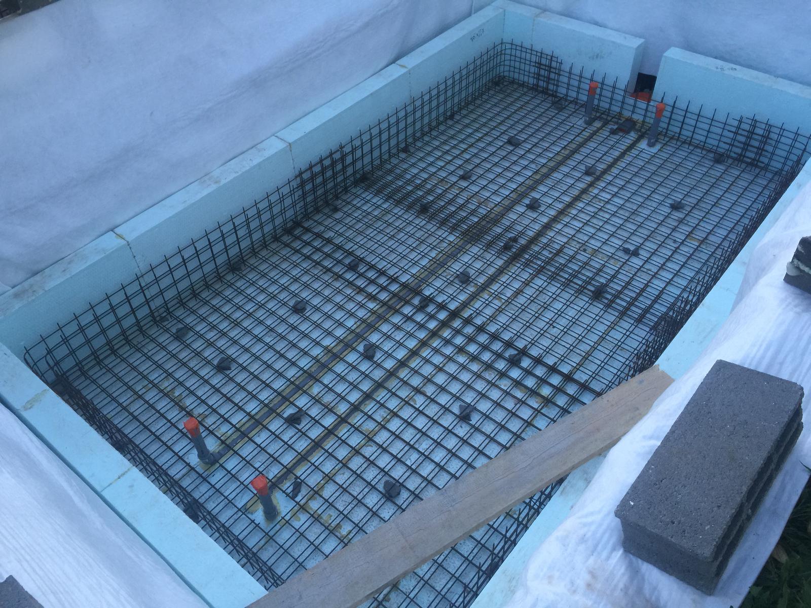 Nulový dom bez komína... Som UFO? - ja som zvolil lacnu verziu, pouzil som kanalyzacne rurky... beton je ale specialne rpe bazeny = bazenovy beton... WU