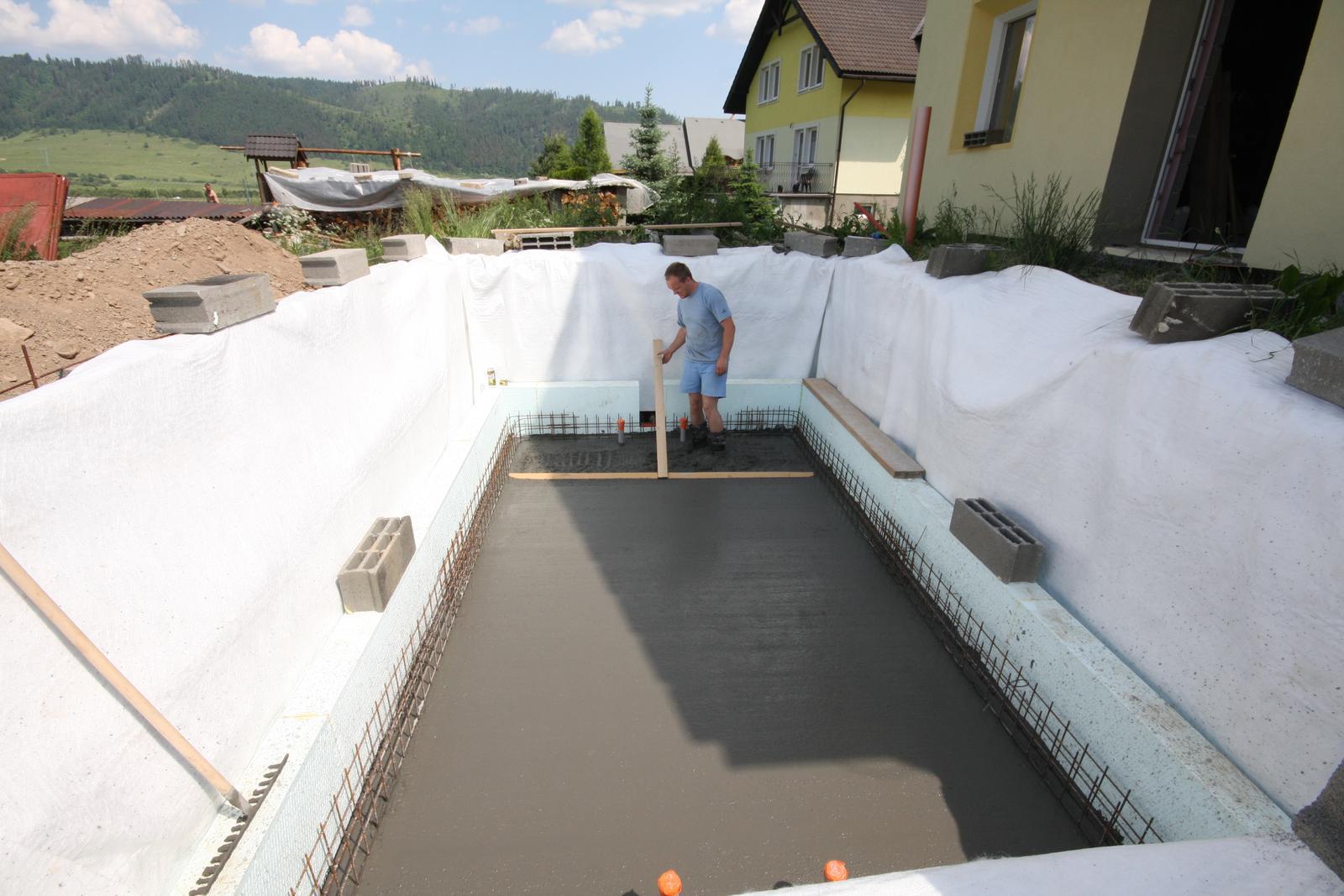 Nulový dom, dom bez komína... Som UFO? - snazil som sa, bolo to dost narocne, ale budeme mat aj bazen za ,,par eur,, ... cca 1600eur so vsetkym betonom, kari a v polystyrene 160mm a poriadne hlboky... rad sa potapam a skacem z balkona...
