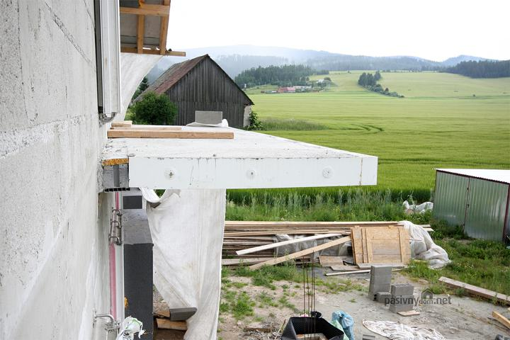 Medzi domom a balkonom je 12cm sedy neopor, nerezove roxoriky a dalsie tajne prisady od firmy shoeck nemecko... Beton ma 1,4 metrov x 4 metre...