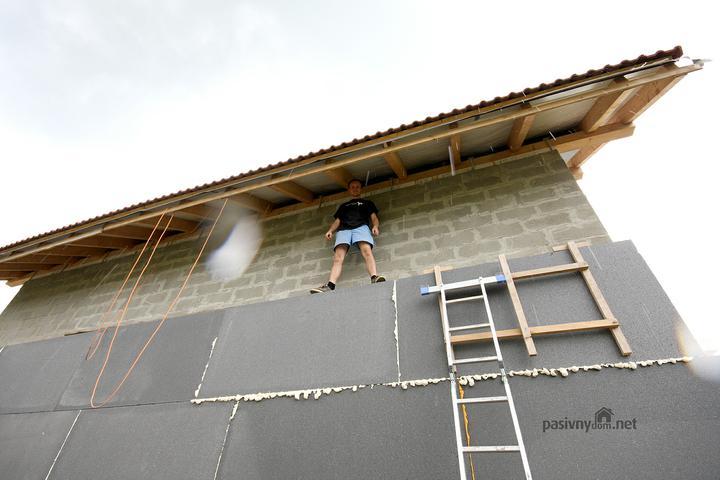 Pasivny Dom trochu inak... Som UFO. - Ziadne lesenia, ide sa podbijat strecha z polystyrenoveho lesenia ;-) ... To je vyska cca 3,5 metrov od zeme, kde stojim...