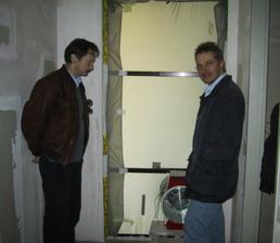 Vzduchova skuska domu... Kvazi: dom sa nafukne a testuje sa ubytok vzduchu v dome.. Cim menej vzduchu unikne, tym lepsie pre vas dom...