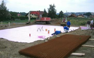 Takto sa riesia zaklady.. Tvrdene xps na zemi, na to kopa zeleza a betonu... Das ist alles..