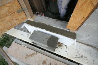 Tak hlupsie: Na tento tepelne preruseny mini prekladik sa polozia dvere. Pod dverami sa to dokladne vysilikonuje kvoli vzduchotesnosti a zatekaniu. Dverovy prah byva casto z hlinika po kotorm vyborne ide chlad a ten mi prejde hlavne do prekladiku.