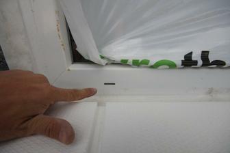 Kedze idem ramy co najviac utapat ramy okien do EPS, ponukam priklad ako vyrobit kanaliky na odvod kondenzu z profilu.. Na to pojde este jedna vrstva XPS do mierneho spadu.. A final bude plastovy parapet prisilikonovany k profilu.. Ram okna izolovat.