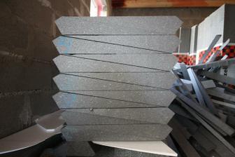 Necela polka.. Profil okolo okien... Made in MiO.   2 metrove diely.. Spolu 240 metrov rezania. Pohoda, treba mi len masaz chrbtice.