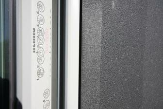 to cierne je expanzna paska COMBBAND 600 na styk EPS a rámu okna
