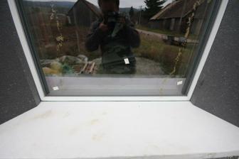 Ram okna je prekryty po celej svojej sirke sedym podlahovym EPS neopor. Medzi polystyrenom a ramom je okrem exmanzelky aj expanzna paska.. Nic ine si nedavajte ;) Ta cierna medzierka, linka medzi oknom a EPS je expanzna paska..