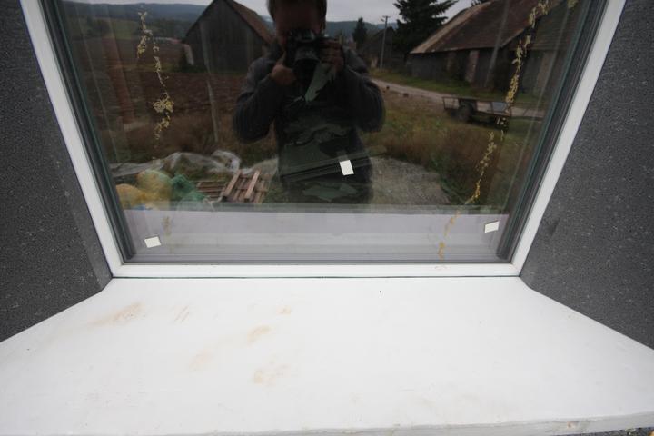 Nulový dom bez komína... Som UFO? - Ram okna je prekryty po celej svojej sirke sedym podlahovym EPS neopor. Medzi polystyrenom a ramom je okrem exmanzelky aj expanzna paska.. Nic ine si nedavajte ;) Ta cierna medzierka, linka medzi oknom a EPS je expanzna paska..