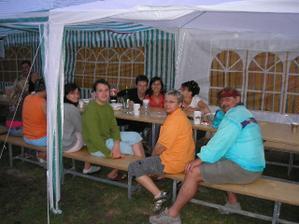 večerní párty na zahradě
