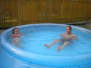 Péťa byl vhozen do bazénku..chi,chi