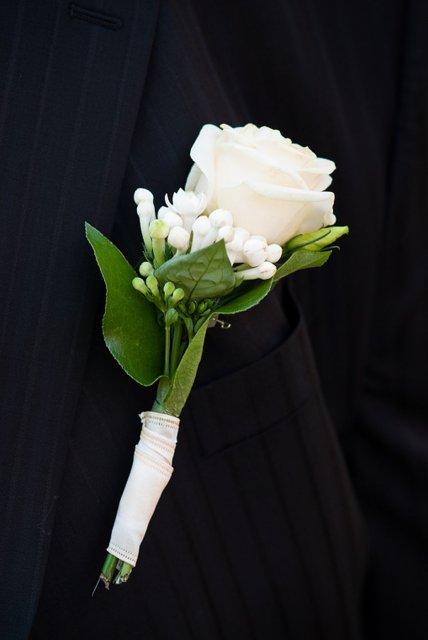 Svadobné detaily - pierko tesne pred odchodom an obrad nevydrzalo a odpadlo - nastastie sme ho tam nejak uchytili :-)
