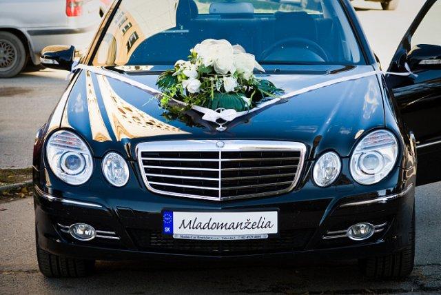 Svadobné detaily - svadobné auto - ženích