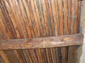 První místnost odkrytí stropů - hurá trámy jsou dobré, nepoškozené