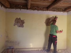 Hrozný dilema - obouchat nebo jen oškrabat? Zeď neopadává jen je při poklepání slyšet dutý zvuk. Jednu zeď jsme tedy obouchali ale zbytek asi jen oškrábem . . .