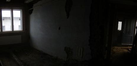 Zeď mezi kuchyní a obyvacím pokojem, už aby byla pryč