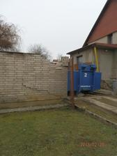 Jen škoda, že se dovozce netrefil do vrat, takže musíme zdít i nový plot :(