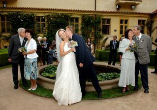 naši rodiče, tatínkové pusu už trochu flákali, ale můj manžel se po mně vrhal :-)))