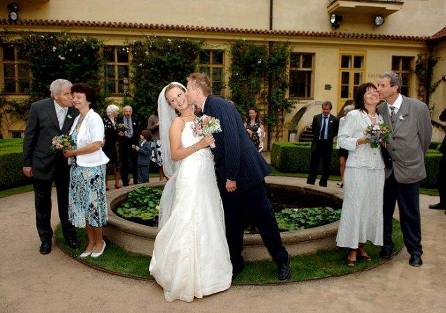 Simona Hývnarová{{_AND_}}Petr Hývnar - naši rodiče, tatínkové pusu už trochu flákali, ale můj manžel se po mně vrhal :-)))