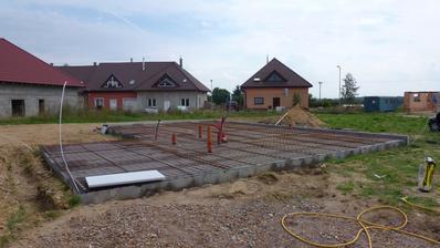 31.8.2014 izolace soklu polystyrenem, který slouží zároveň jako bednění pro beton. Dvě strany hotové, pak nás vyhnal déšť