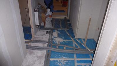 cca 7.den hotové rozvody topení a vody a dělají se podlahy