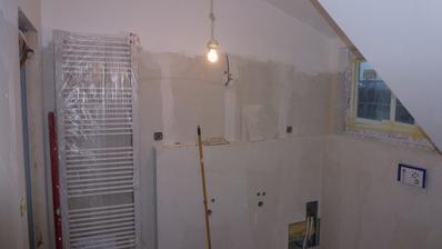 14. den, horní koupelna připravena na obklady, vrchní část již vymalována