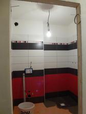 14. den, dolní koupelna skoro obložena