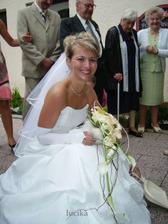 při zametání střepů - já jsem se flákala, ženich se činil :o)