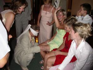 ženich hádal, která nožka patří jeho nevěstě