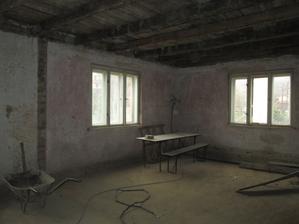 a z dvoch miestnosti je jedna cca 50m2, časom by tu mala byt kuchyna, kupelka a  dočasna spalna :)
