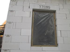 plastove okno s drevenym ramom 9 komorove 3-sklo tepelny odpor R= 0,1, len neviem ci sme ich nemali osadit zarovno vonkajsej fasady, ked budeme zateplovat :D