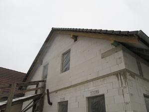 az teraz je strecha kompletna :) , chybalo 6 krajoviek, ktore boli rozbite
