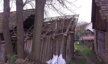 zatial to necham takto stat, aby nespadol aj zvysok stodoly, toto len na odlahcenie, nech to nepadne cele na susedovu stodolu, lebo uz je to riadne naklonene