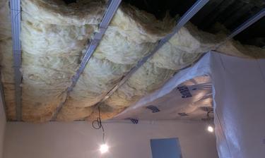 posledna miestnost, obyvacko-kuchyna, zatial iba vata s parozabranou