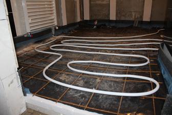 Podlahove kurenie v kupelke, pekne od podlahy :)