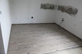 dlažba v kuchyni, zvyšok už bude plávajúca podlaha