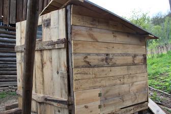 použil som aj staré pánty zo stodoly, inak celý kurín som si skladal aj stahoval sám, vsak nevadí, že váži len nejakých 500 kg :)