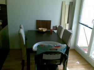 jedálenský rozťahovací stôl z Ikea + stoličky s pratelným poťahom Ikea síce nie vo farbe kuchyne ale je superný a celkom aj ladí