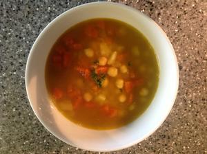 Cizrnovo-čočková polévka s římským kmínem a kari