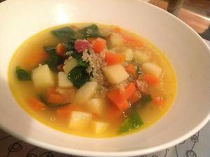 Polévka s quinoou a bramborami