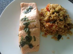Pečený losos s teplým quinoovým salátem