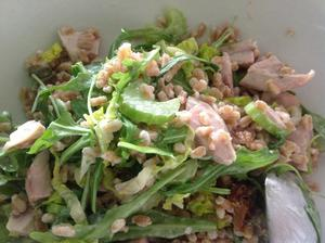 Zbytek králičího se špaldou, celerem, rukolou, salátem a majolkou