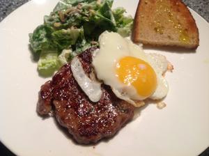 Salát se sojanézou a biftek - pro manžela, já si dala radši jen ten salát :)