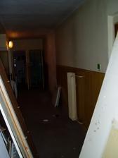 pôvodný stav pohľadu na kúpelňu z chodby