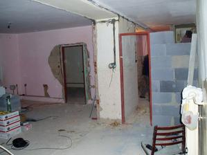 pôvodný stav pohľadu na kúpelňu z chodby v procese rekonštukcie